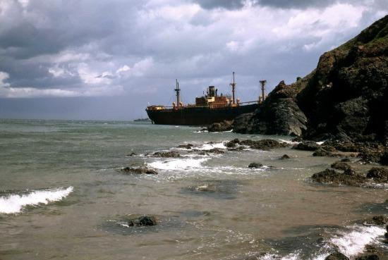 Một xác tàu bỏ hoang trên bờ biển Vũng Tàu.