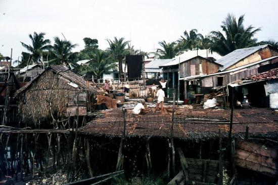 Người dân phơi cá khô ở làng chài.