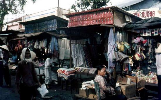 Các quầy vải vóc và hàng gia dụng ở chợ.