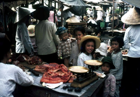 Trẻ em ở chợ.