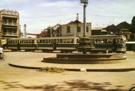Xe điện ở khu vực ngã 5 bờ hồ Hoàn  Kiếm.