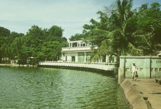 Thủy Tạ ven Hồ Hoàn Kiếm.