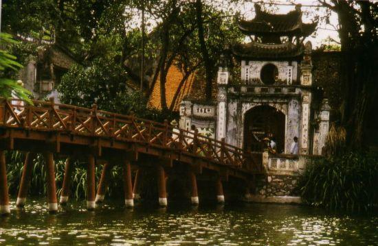 Cầu Thê Húc dẫn vào đền Ngọc Sơn.