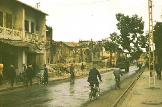 Dấu tích đổ nát do bom Mỹ gây ra vẫn còn hiện diện.