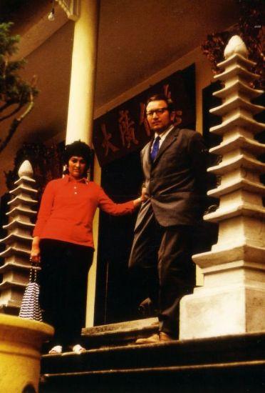 Kĩ sư Günter Mosler và vợ thăm ngôi chùa Quán Sứ.
