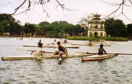 Bơi thuyền trên hồ Hoàn Kiếm.