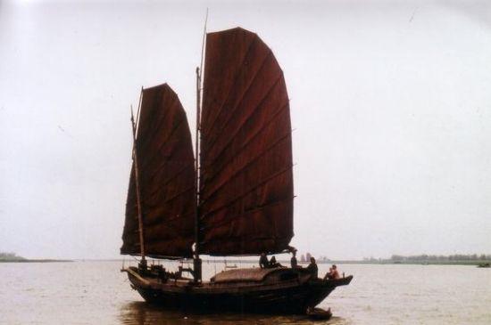 Một con thuyền trên sông Hồng, nhìn từ khu vực Nhật Tân.