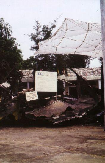 Xác máy bay B52 ờ phường Quảng An.