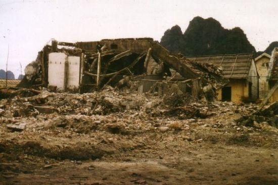 Một khu dân cư đổ nát sau cuộc không kích của  Mỹ vào Hải Phòng.