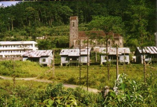 Những ngôi nhà nghỉ nằm gần toà nhà thờ cổ ở thị trấn Tam Đảo.