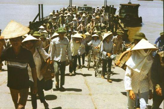 Người dân và đủ loại phương tiện lên bờ khi phà cập bến.