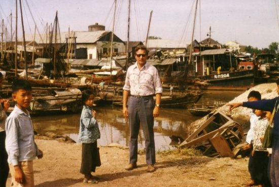 Những đứa trẻ hiếu kỳ ở cảng cá.