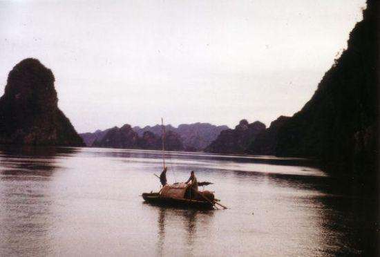 Hai ngư dân trên chiếc thuyền nhỏ.