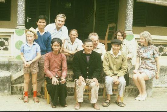 Chụp ảnh kỷ niệm với một gia đình.