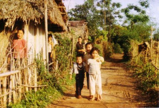 Có thể đây là lần đầu tiên người làng gặp khách nước ngoài.