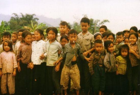 Những đứa trẻ xếp hàng chụp ảnh.