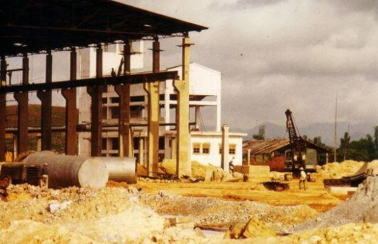 Việc xây dựng nhà máy diễn ra khẩn trương.
