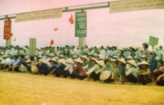 Cuộc mít tinh của công nhân nhà máy cán thép Gia Sàng năm 1974.