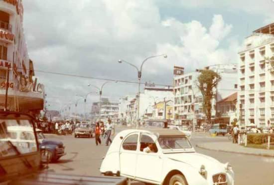Một đường phố chính vẫn còn những chiếc xe cổ