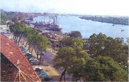 Bến Bạch Đằng, phía dưới ảnh là trụ sở Bộ chỉ huy hải quân chế độ cũ