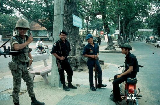 Sắc lính trên phố