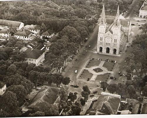 Một không gian lịch sử quan thuộc trước nhà thờ.