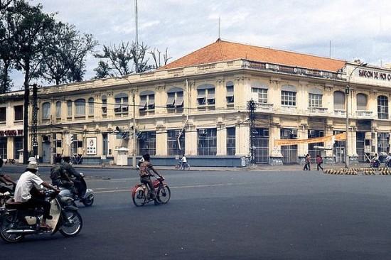 Saigon Xe Hơi Công Ty, Saigon 1965 Góc đường Thống Nhất - Duy Tân (tức Lê Duẩn - Phạm Ngọc Thạch ngày nay). Tại vị trí này hiện nay là siêu thị Diamond Plaza