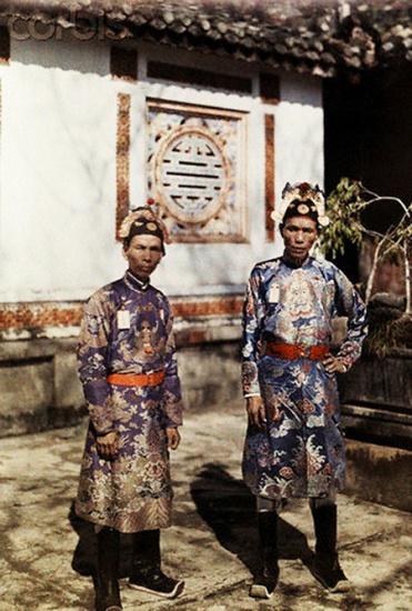 Hai vị quan phục vụ trong triều, ảnh chụp tại Huế năm 1931