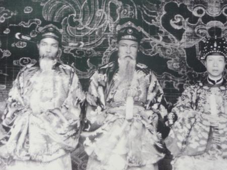 Vua Khải Định bên cạnh các quan cố vấn triều đình