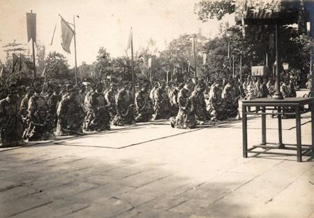 Các quan hành lễ trước điện Thái Hòa