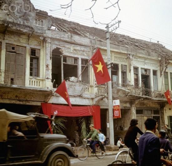 Cờ đỏ sao vàng treo trên 1 căn nhà bị tàn phá vì chiến tranh ở Hà Nội tháng 3/1973.