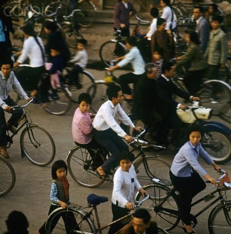 Đường phố Hà Nội thời bấy giờ với phương tiện giao thong phần lớn là xe đạp. Chiếc xe máy hiếm hoi đến từ Cộng hòa Dân chủ Đức.