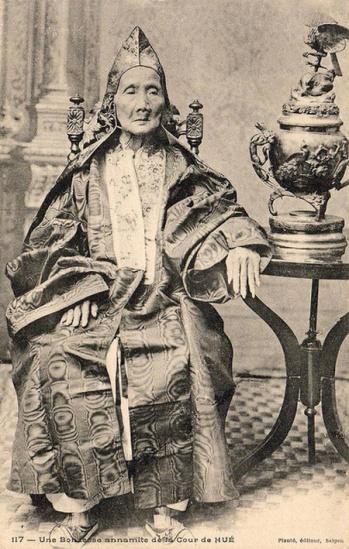 Một vương phi già trong triều đình ở Huế