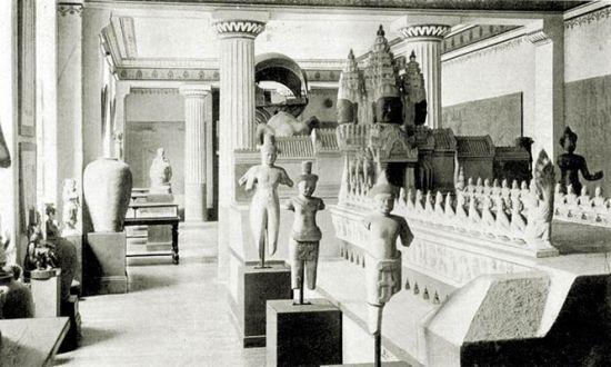 Triển lãm Paris 1867 là lần đầu tiên giới hiệu một số lượng các tác phẩm điêu khắc nghệ thuật Khmer sau khi người Pháp khám phá ra Angkor năm 1860. Tiếp đó, triển lãm Paris 1878 đã dựng một ngôi nhà cùng tổ chức mô hình sinh hoạt của một gia đình xứ Đông Dương và một nhóm tượng ở đền Angkor (ảnh).