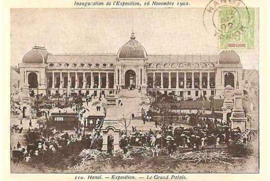 """Tòa nhà triển lãm do kiến trúc sư Adolphe Bussy thiết kế, có phong cách hơi giống với Petit Palais ở Paris, nằm trên khu đất rộng 16,5ha vốn là trường đua ngựa. Triển lãm giới thiệu các sản phẩm của Pháp và các thuộc địa, có sự tham gia của các nước và thuộc địa vùng nam Viễn Đông như Đông Ấn thuộc Hà Lan (gồm Indonesia và Đông Timor ngày nay), Miến Điện, Trung Quốc, đảo Formosa (Đài Loan), Nhật, Triều Tiên, Mã Lai, Malacca (lúc này thuộc Đông Ấn Anh), Philippines và Xiêm (Thái Lan). Nhờ thế mà triển lãm này có thể được xếp vào loại """"Triển lãm thế giới""""."""