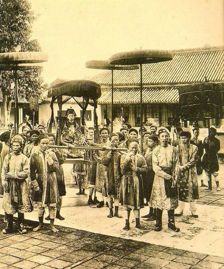 Vị vua trẻ tuổi Duy Tân ngồi trên kiệu, ảnh chụp năm 1907