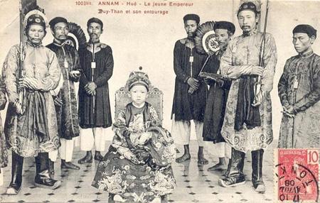 Vua Duy Tân chụp cùng quan lại trong triều năm 1907