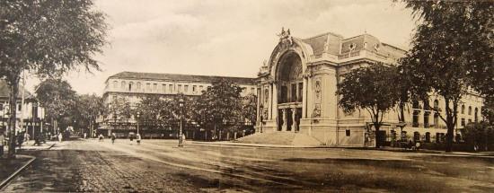 Quảng trường phía trước nhà hát.