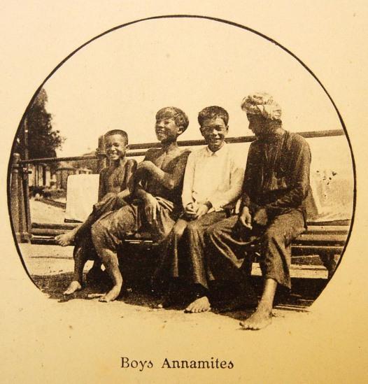 Bốn cha con ở Sài Gòn.