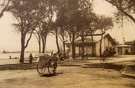 Cột tín hiệu bên sông Sài Gòn.
