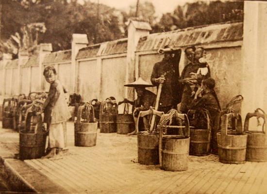 Những người gánh nước thuê.