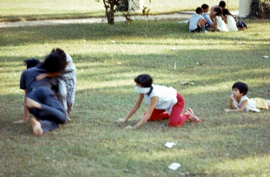 Các thiếu nữ chơi đùa trên bãi cỏ.