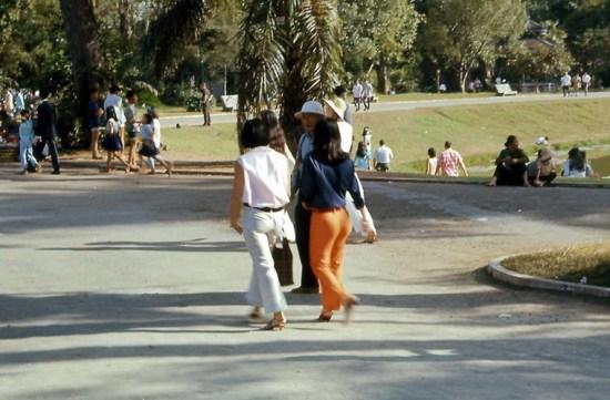 Các nam thanh nữ tú đi chơi Thảo Cầm Viên.