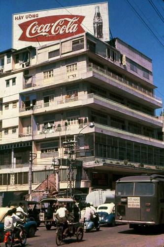 Khách sạn Capitol phía trước góc Đồng Khánh - Nguyễn Hoàng (góc Trần Hưng Đạo B - Trần Phú ngày nay).