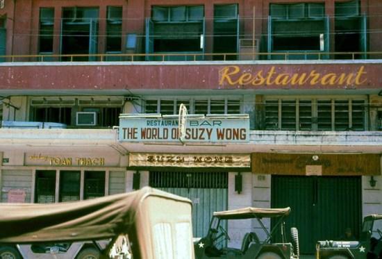 """Nhà hàng - quán bar """"Thế giới của Suzy Wong"""" trên đường Đồng Khánh, đối diện với khách sạn Capitol."""