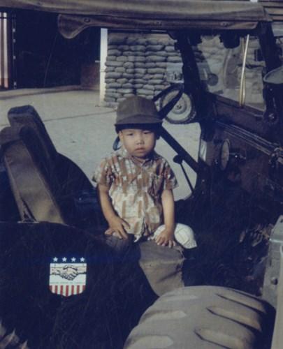 Em bé trên xe jeep.