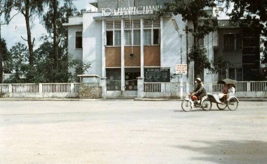Tòa hành chính Cần Thơ trước 1975. Hình ảnh nằm trong loạt ảnh về Cần Thơ do tác giả James M. Kraft thực hiện từ năm 1966 - 1972.