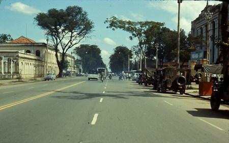 Đại lộ Thống Nhất. Bên mép phải hình là cổng trường Tiểu học Văn Hóa Quân Đội, nơi ngày nay là Khách sạn Sofitel Plaza.