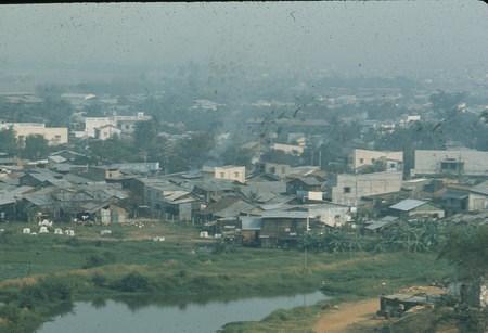 Khu dân cư lụp xụp gần sân bay Tân Sơn Nhất.