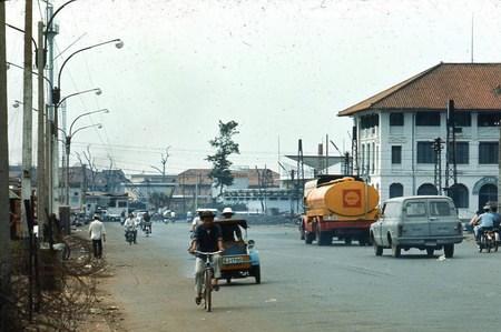 Bến Bạch Đằng đầu đường Nguyễn Huệ.